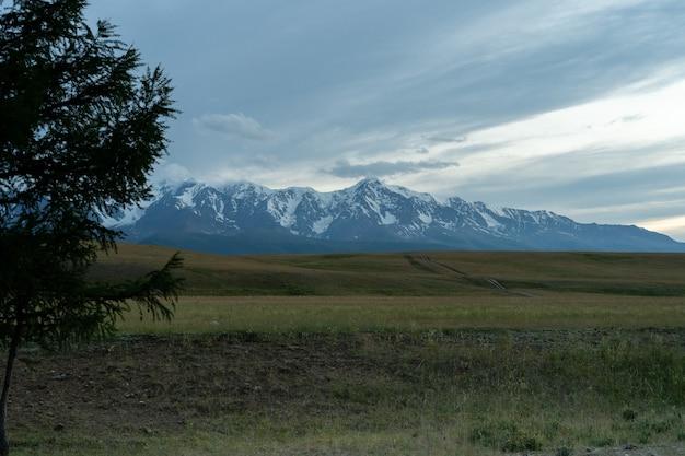Monte aktru na república de altai, rússia. vista do rio tyute