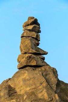 Monte apacheta de pedras oferecidas pelos povos andinos à pachamama