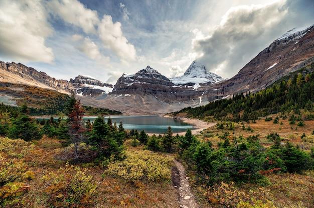 Monte assiniboine com floresta de outono no lago magog no parque provincial
