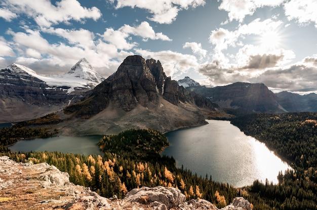 Monte assiniboine com lago na floresta de outono no pico niblet no parque provincial, bc, canadá