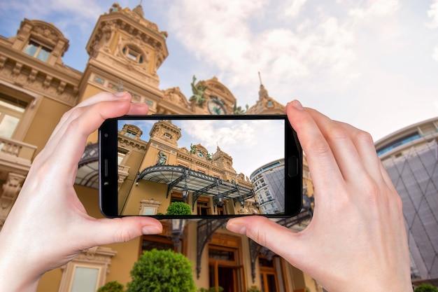 Monte carlo, mônaco. fachada do grand casino em monte carlo. turista tira uma foto