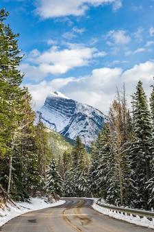 Monte coberto de neve com montanhas rochosas canadenses de floresta nevada. alberta canadá