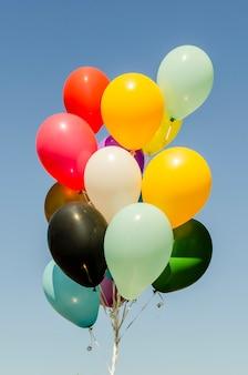 Monte colorido de balões de hélio
