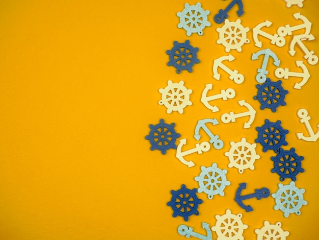 Monte de âncoras e rodas de mão, sobre o fundo amarelo