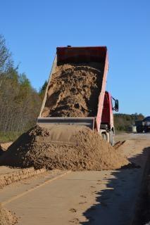 Monte de areia e caminhões