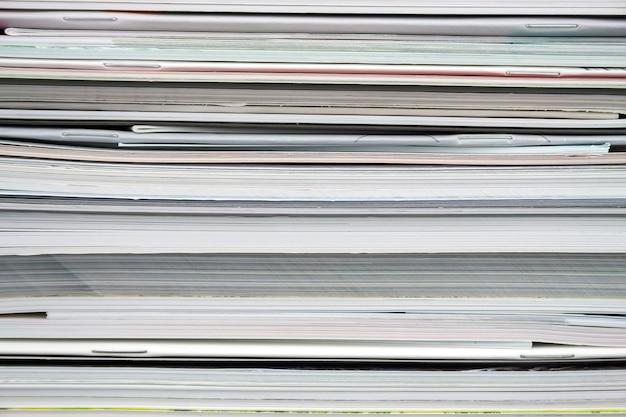 Monte de arranjos de revistas empilhadas