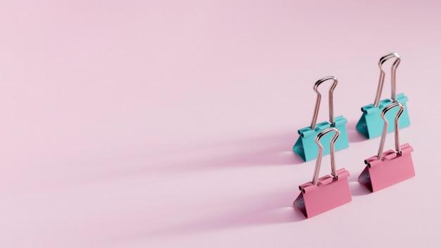 Monte de clipes de papel com espaço de cópia