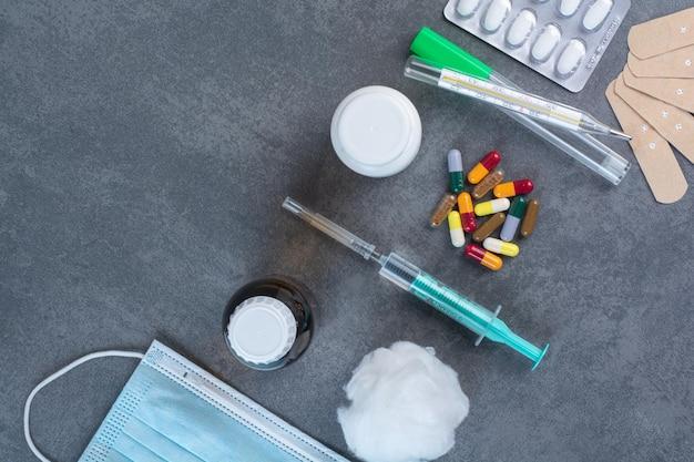 Monte de ferramentas médicas na superfície de mármore