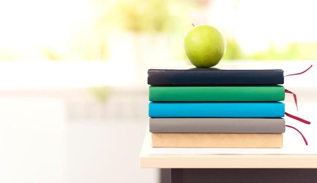 Monte de livros coloridos na mesa