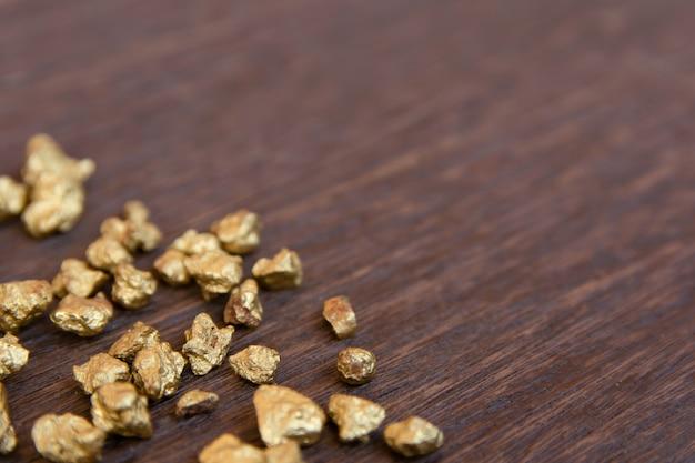 Monte de pepita de ouro em madeira escura