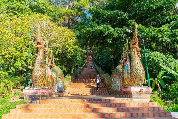 Monte dourado no templo de wat phra that doi suthep em chiang mai, tailândia.