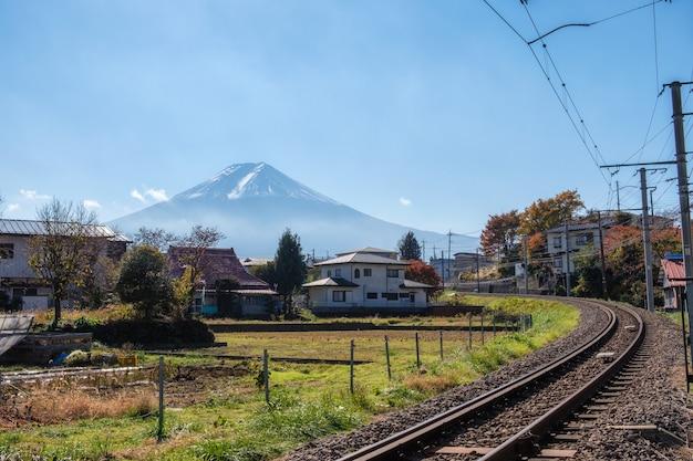 Monte fuji com ferrovia no interior