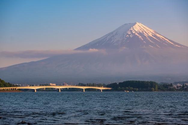 Monte fuji em tempo de poeira com o primeiro plano do lago kawaguchi, yamanashi