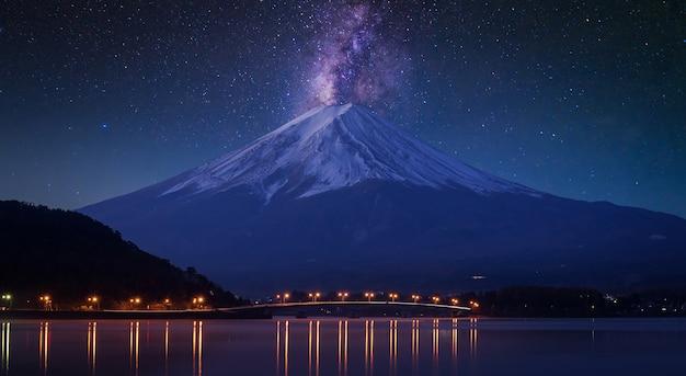 Monte fuji no lago kawaguchiko, crepúsculo
