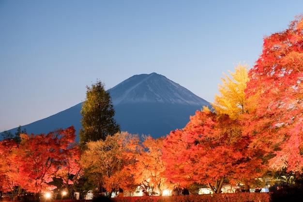 Monte fuji sobre o festival do jardim de bordo na temporada de outono ao anoitecer