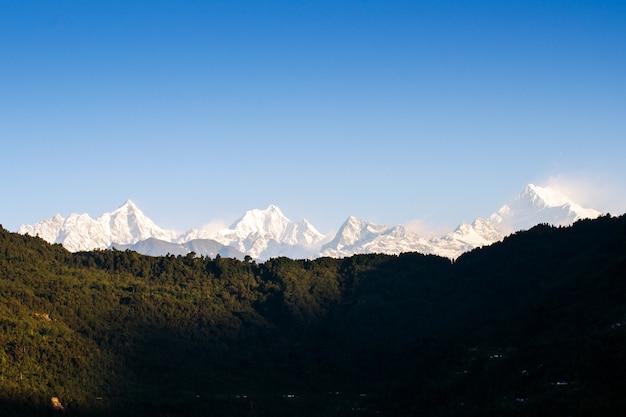 Monte kanchenjunga gama do himalaia na primeira luz do nascer do sol em sikkim, na índia