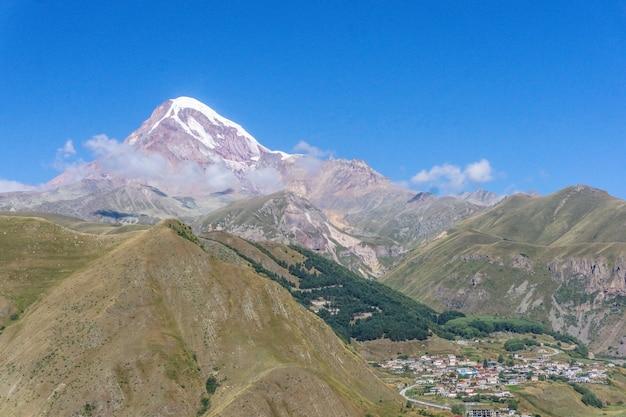 Monte kazbek na geórgia. paisagem de montanha em um dia ensolarado de verão.