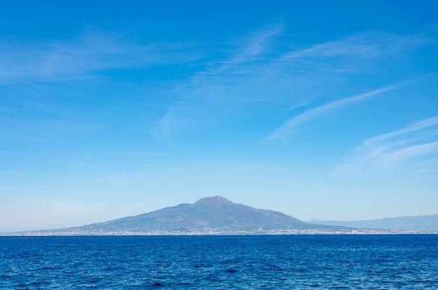 Monte o vesúvio no fundo do mar bluesky e tyrrhenian. vista de sorrento na costa de amalfitan.