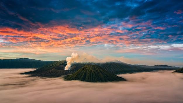 Monte o vulcão de bromo (gunung bromo) durante o nascer do sol do ponto de vista na montagem penanjakan.