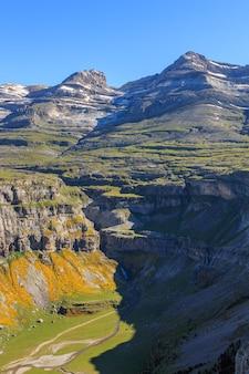 Monte perdido, cilindro de marboré e cachoeira cola de caballo no parque nacional ordesa monte perdido. lugares famosos de conceito na natureza