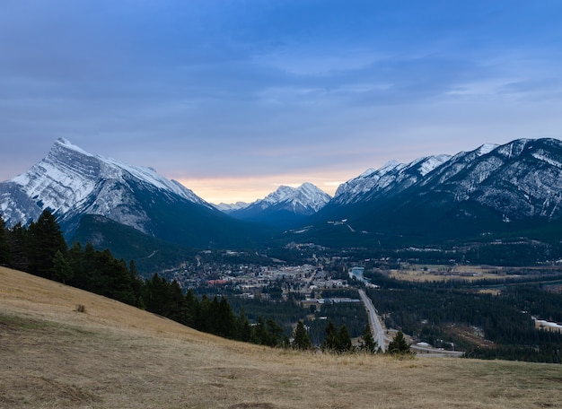 Monte rundle e cidade de banff no parque nacional de banff em alberta, canadá