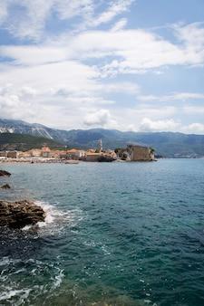 Montenegro, budva, vista muito bonita da cidade velha e da cidadela de budva. lindas nuvens em um dia quente.