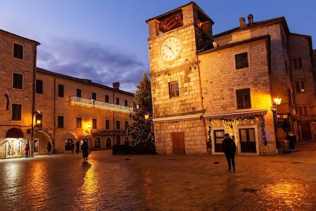 Montenegro, kotor, 10 de janeiro de 2020, cena noturna da rua da cidade velha Foto Premium