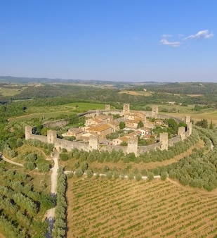 Monteriggioni, toscana. vista panorâmica de awrial sobre a cidade e o campo.