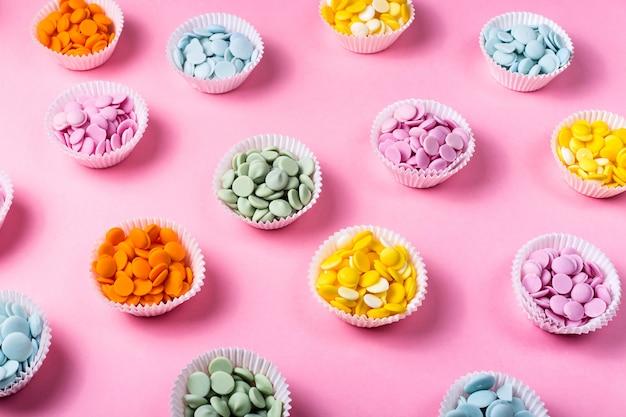 Montes de gotas de chocolate multicoloridas