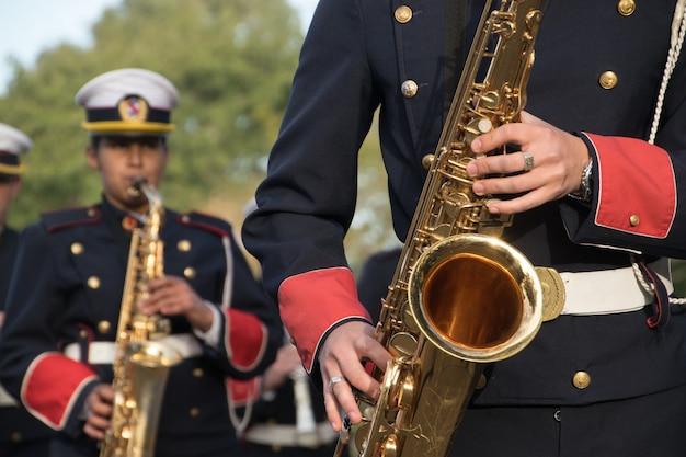 Montevidéu, uruguai, 11 de junho de 2017; grupo de saxofonista da banda militar do ensino médio.