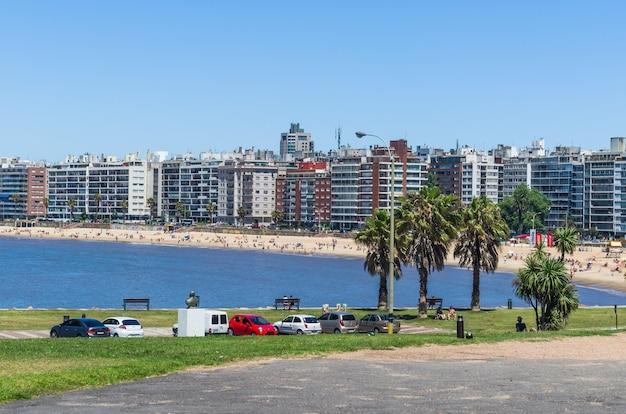 Montevidéu, uruguai. ponto de referência na praia de pocitos onde estão localizadas as cartas de montevideo, local para o turista tirar fotos de souvenirs