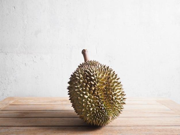 Monthong durian frutas na mesa de madeira.