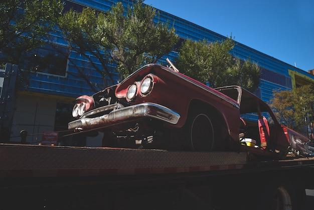 Montreal, canadá - 13 de agosto de 2018: carro americano velho enferrujado em um caminhão de reboque nas ruas de montreal