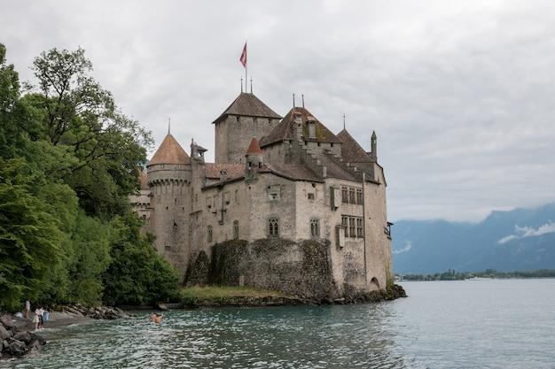 Montreux, suíça - 2 de julho de 2017: bela vista do famoso castelo chateau de chillon e do lago de genebra