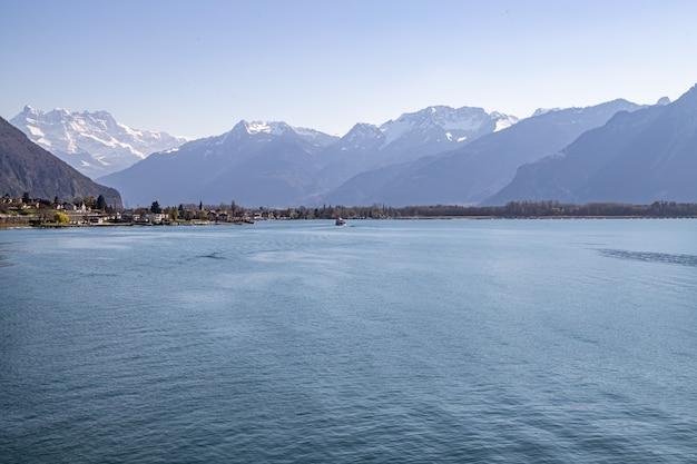 Montreux, suíça vista do castelo de chillon, lago de genebra e os alpes ao fundo
