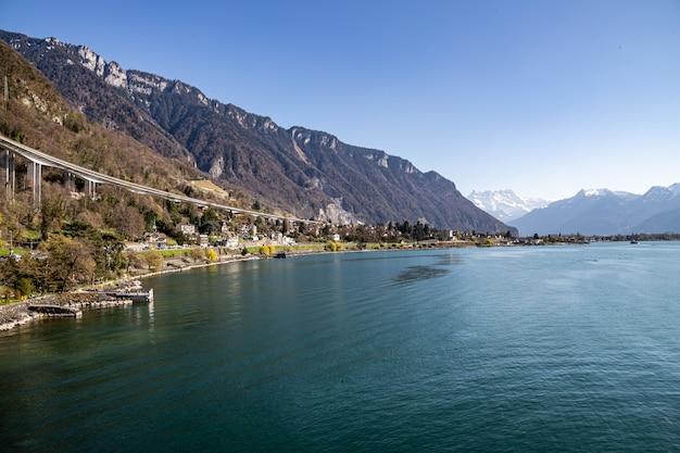 Montreux, suíça vista do castelo de chillon viaduto de chillon lago de genebra e os alpes ao fundo