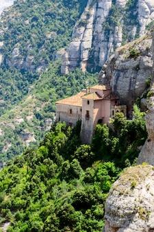 Montserrat é uma montanha perto de barcelona, na catalunha