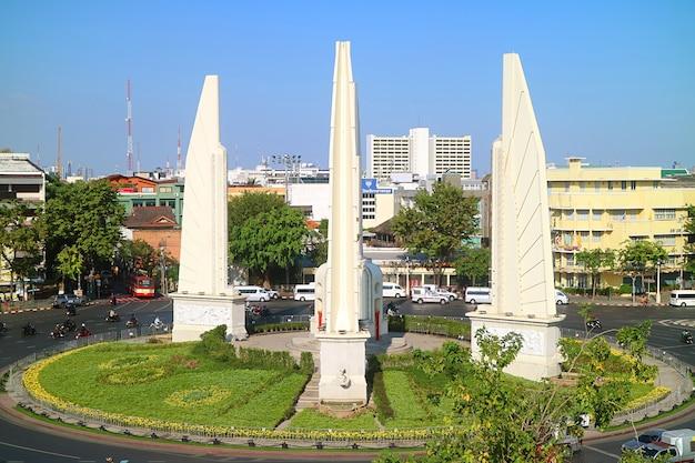 Monumento à democracia para comemorar a revolução siamesa de 1932 em bangkok, tailândia