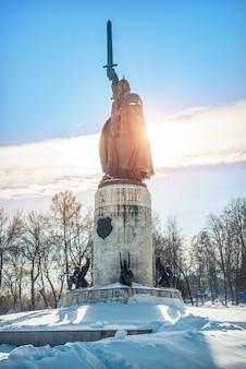Monumento a ilya muromets em murom em um dia ensolarado de inverno e neve