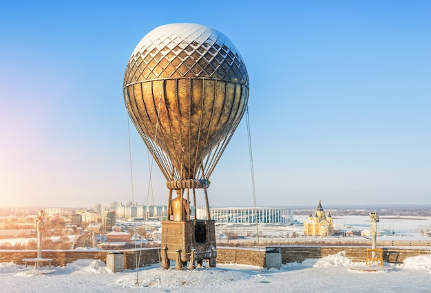 Monumento a júlio verne em um balão em uma margem alta do rio oka em nizhny novgorod