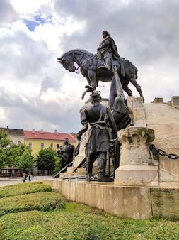 Monumento a matthias corvinus em cluj-napoca, romênia