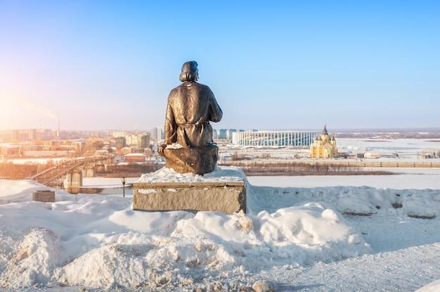 Monumento a maxim gorky em nizhny novgorod, nas margens da ponte kanavinsky do rio oka