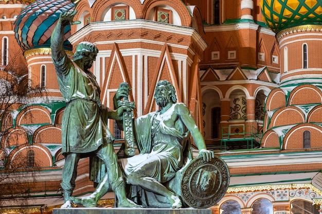 Monumento a minin e pozharsky em frente à catedral de são basílio em moscou, rússia