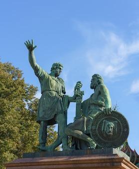 Monumento a minin e pozharsky na praça vermelha em frente à catedral de são basílio