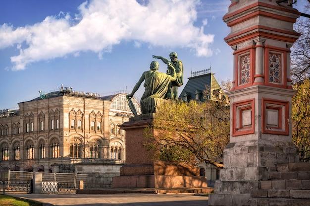 Monumento a minin e pozharsky perto da catedral de são basílio na praça vermelha de moscou