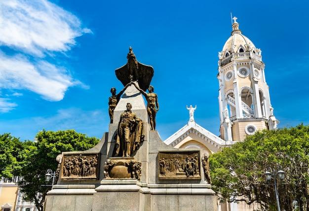 Monumento a simon bolivar na cidade velha da cidade do panamá, américa latina