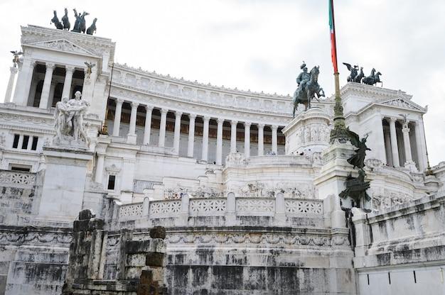 Monumento a vittorio emanuele ii na praça venizia, roma, itália. como um bolo de casamento, uma máquina de escrever vitoriana. roma, itália