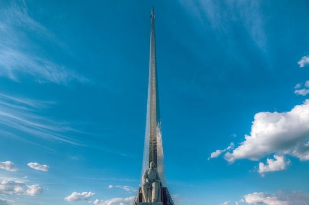 Monumento ao cientista tsiolkovsky em vdnkh em moscou contra o céu azul. rússia