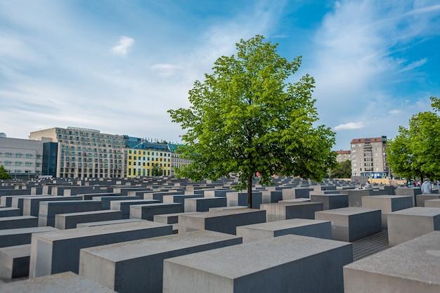 Monumento ao holocausto dos judeus em berlim. colunas de várias alturas.