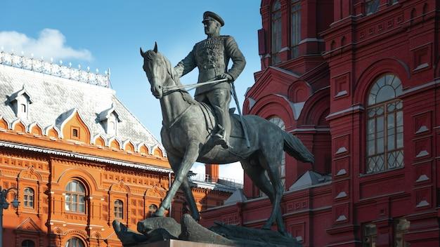 Monumento ao marechal georgy zhukov na praça manege em moscou contra o museu histórico